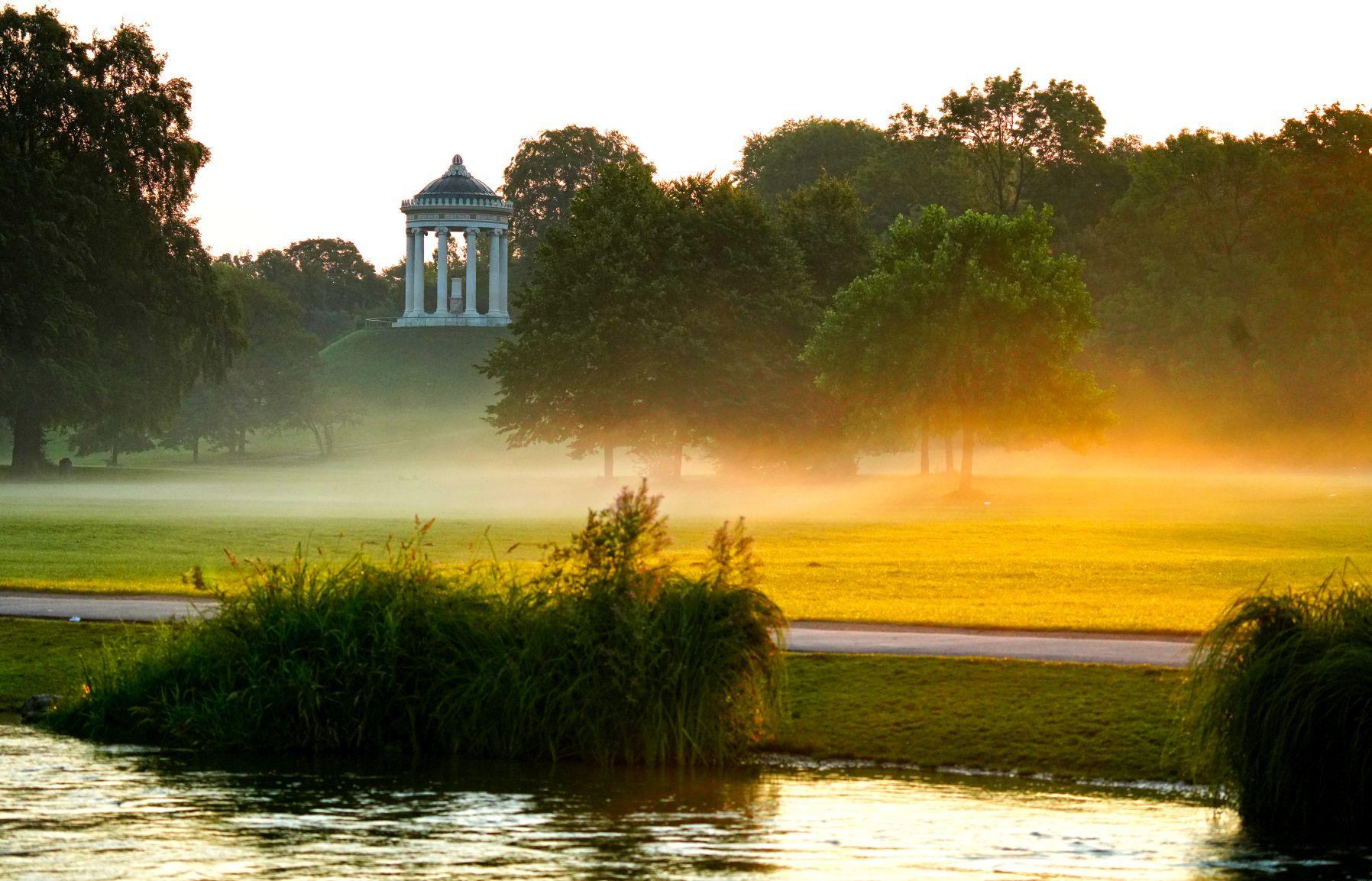 Englischer Garten München mit Monopteros bei Sonnenaufgang
