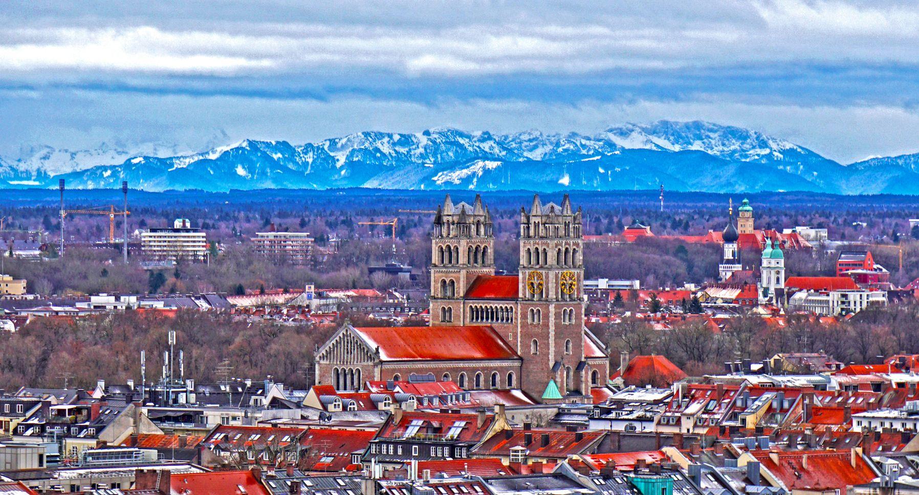 Sankt Maximilian München mit Blick auf Alpen bei Föhn Wetter