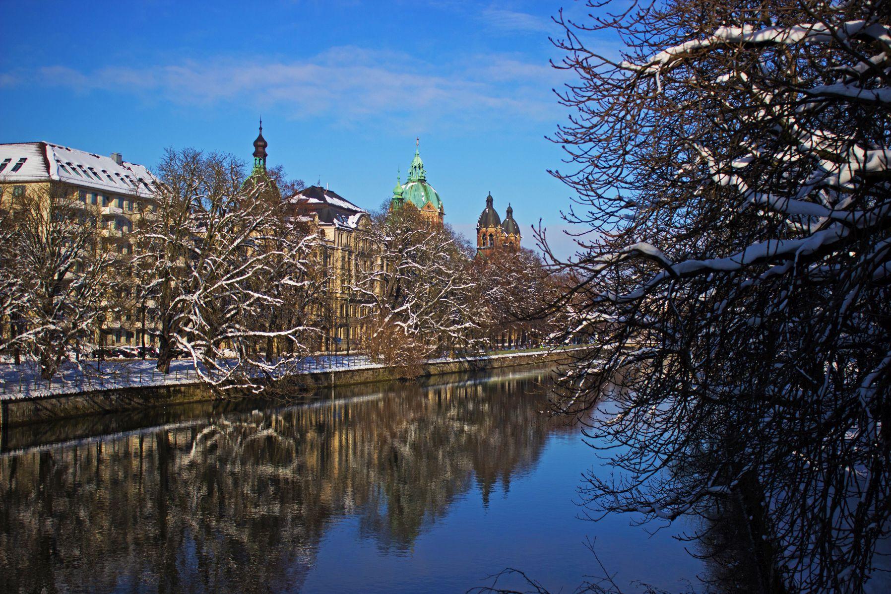 Sankt Lukas München mit Isar und Schnee