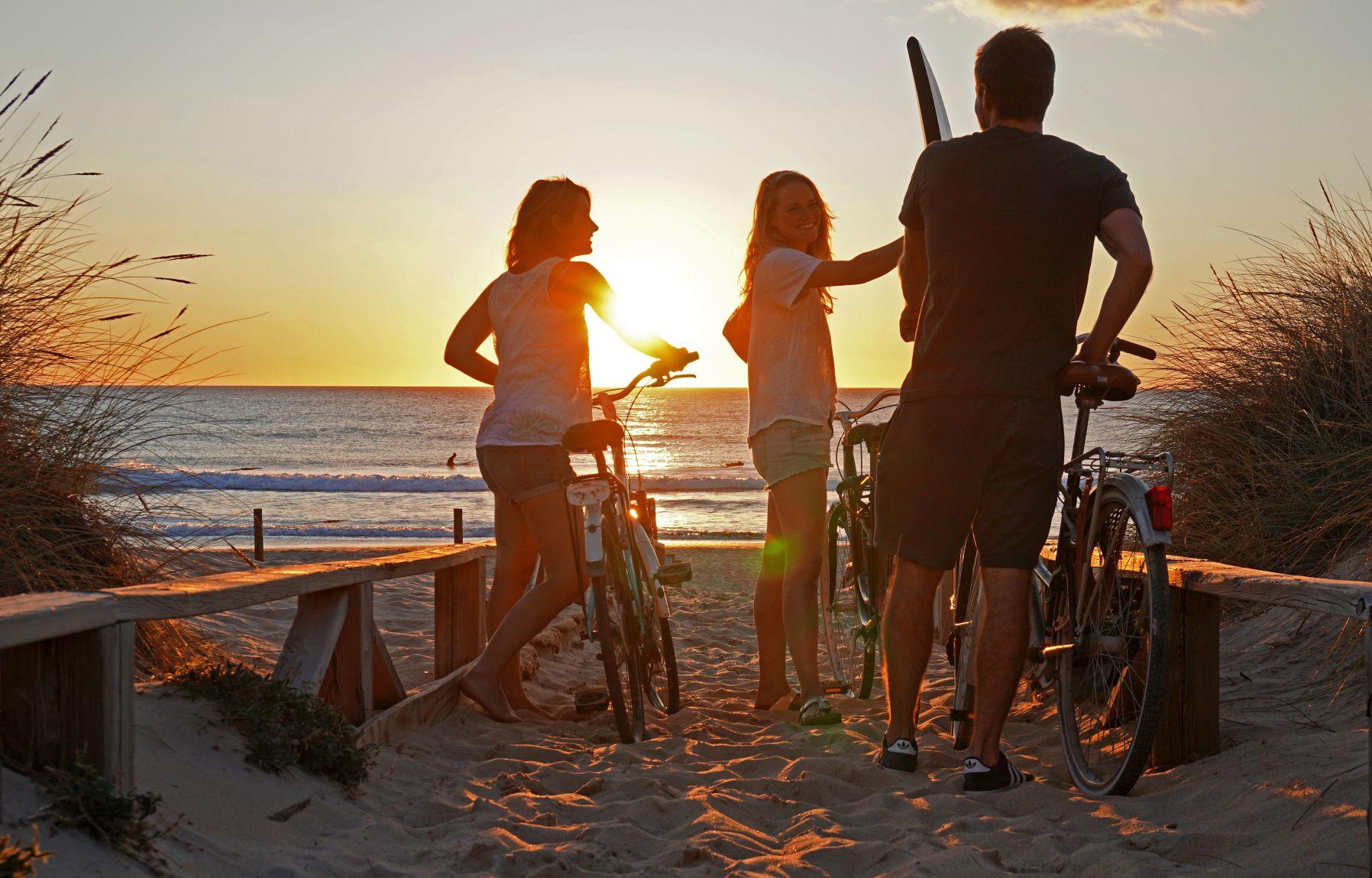 Surfen, gutes Essen und tolles Wetter am Strand von El Palmar in Spanien
