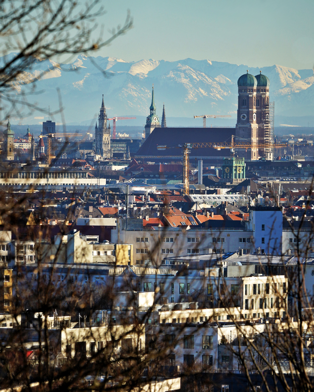 Frauenkirche München mit Alpen und Föhn Wetter